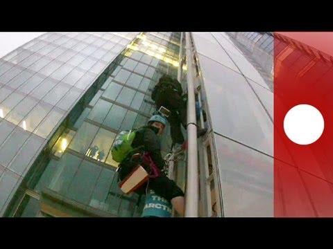 Attiviste Greenpeace scalano grattacielo per salvare l'Artico