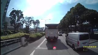 21may2019 #GBG8583X toyota hiace  die die also want to squeeze into the path of a tipper truck.