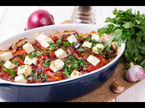Запеченное рагу из баклажанов с красным луком и сыром