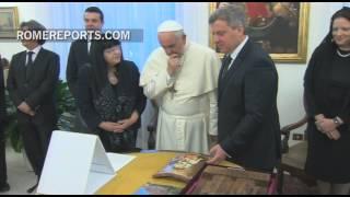 Romereports Vaticano Videos del Papa Francisco Homilias - El presidente de Macedonia regala al Papa una imagen de San Cirilo y San Metodio   Rome Reports