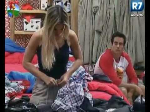 a fazenda 5 Felipe olha Robertha tirar a roupa.