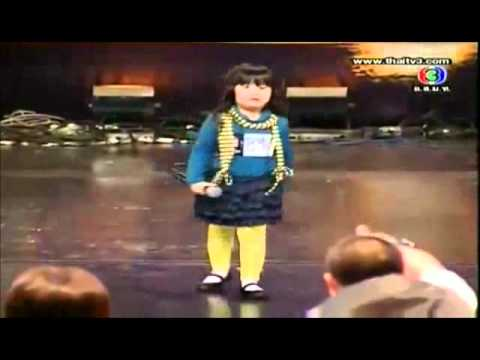 Niña tailandesa canta y termina haciendo otro show