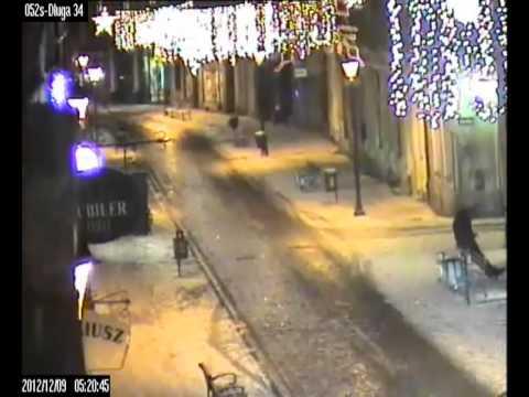 Pobicie Na Starym Rynku W Bydgoszczy. Sprawcy Zatrzymani (wideo Z Monitoringu)