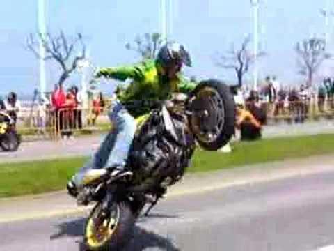 farias en moto en gijon haciendo cositas.