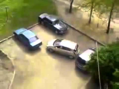 Смешно Женщина за рулем, очень сложно выехать с парковки! Юмор! Прикол! Смех