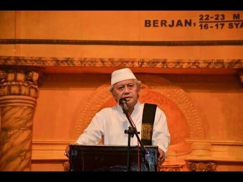 Romo KH  Achmad Chalwani Pengasuh Ponpes An Nawawi Berjan