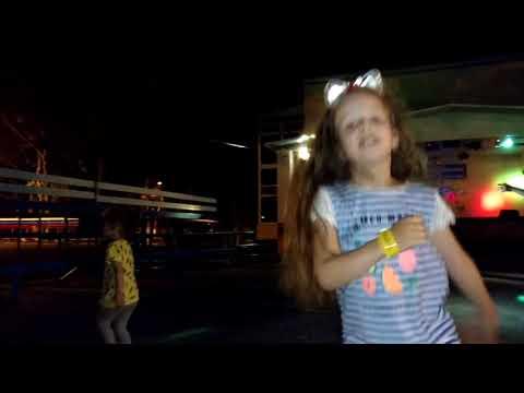 Зажигательные танцы на дискотеке
