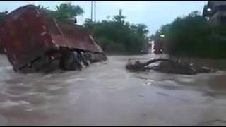 ගංවතුරේ වැඩ දාන්න ගිහින් මේ ලොරියට වෙන දේ...!! flood accident: truck get suicide ownselve