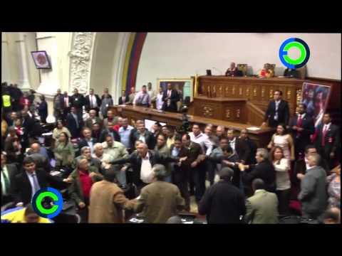 Impresionante golpiza entre diputados en la Asamblea Nacional de Venezuela