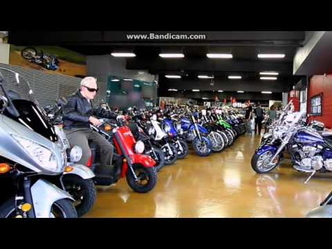 Jackass 3, Scooter Shopping!