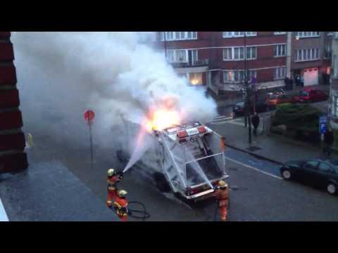 Camion-poubelle en feu