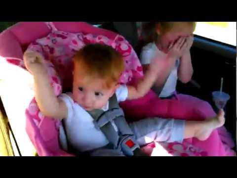 Ребенок танцует под Oppa Gangnam Style. video