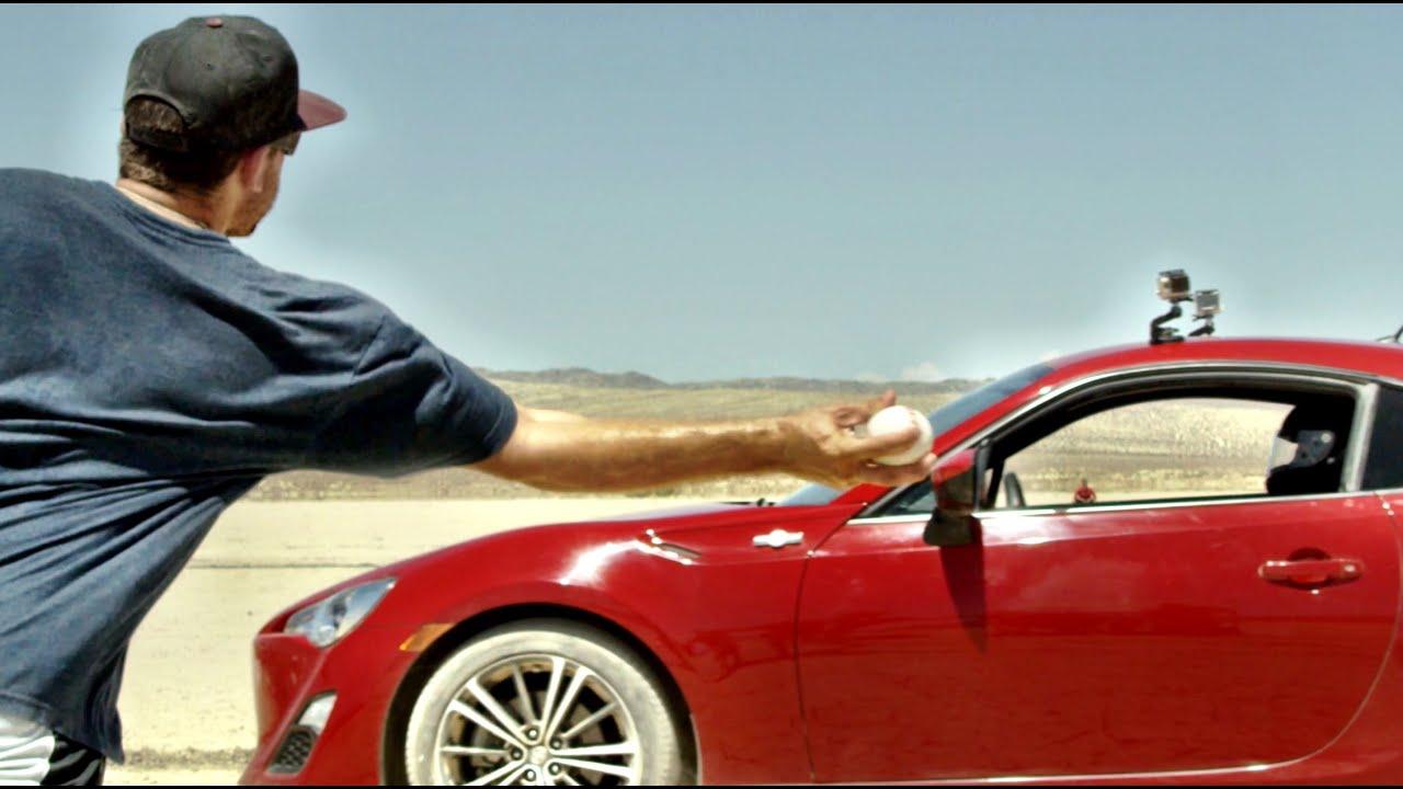 Jouer au baseball contre des voitures dans le désert