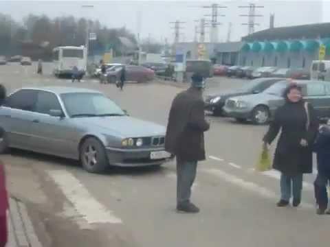 Жесткая подстава от пешехода на дороге