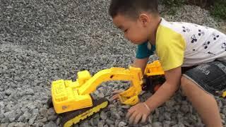 Bin Bob chơi đồ chơi oto | máy xúc cát | dạy bé kỹ năng sống 2018