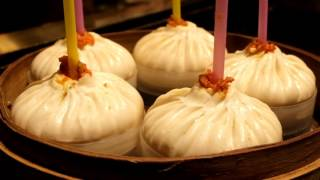 Shanghai Street Foods - THE BEST and FAMOUS soup dumplings Xiao Long Bao in Shanghai