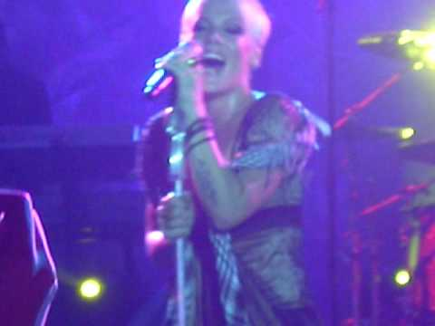 Pink - Killing Me Softly (Myspace Secret Show Barcelona) Video