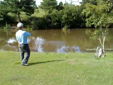 Pesca de Tilápia com arco e flecha.