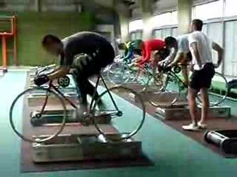 驚異的な脚力!!高速回転で自転車をこぐ競輪学校の映像
