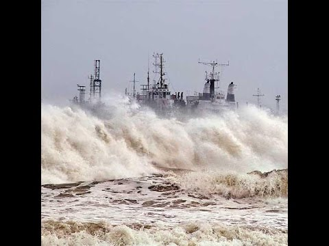 Cyclone HudHud Exclusive Video. Wind Speed of 190-200 Kmph Strikes Visakhapatnam