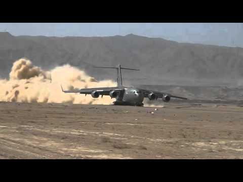 C17 هبوط طائرة الشحن العملاقة في مدرج ترابي