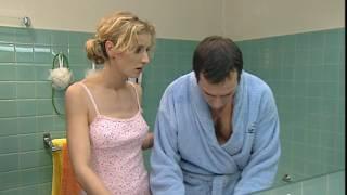 Un gars une fille - dans la salle de bain