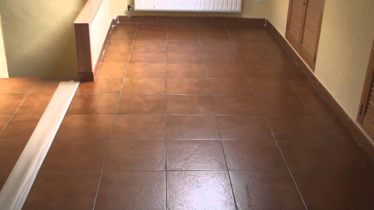 Tratamiento de suelos duros barniz cera 25 youtube for Suelos rusticos exterior
