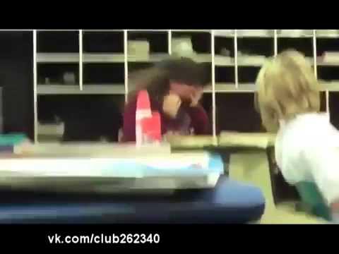 Вот чихнула так чихнула видео, смотреть видеоролик юмор бесплатноx5j4qz7e