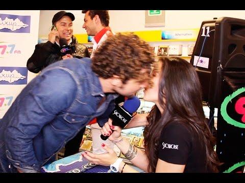 David Bisbal besa a reportera de televisión en plena entrevista y Río Roma le pide su teléfono.