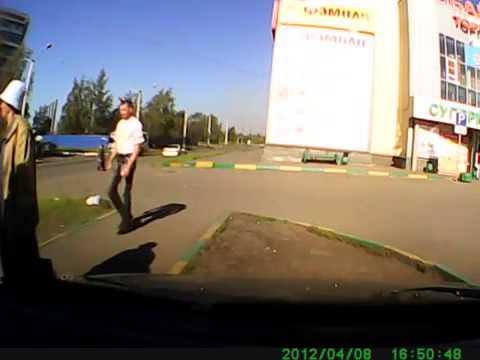 Девушка за рулем испугалась неожиданного удара в бок авто