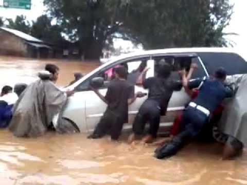 [Reupload] Innova Hanyut dan Bis Haryanto HR-73 menerjang Banjir.