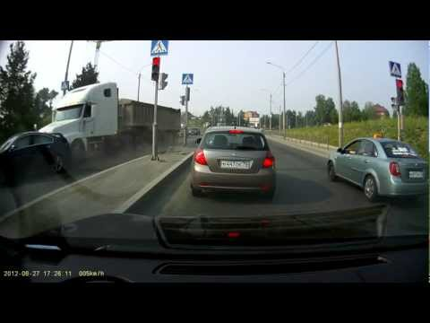 Грузовик таранит 2 легковушки на светофоре