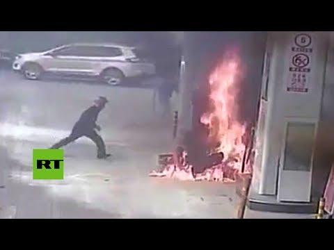 Un hombre incendia su propia moto en una gasolinera en China