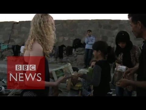 Lesbos: Tourists give food to refugees on Greek island - BBC News
