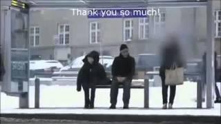 Karda üşüyen çocuk (Gördüğünüze yardım ediyorsunuz ya görmedikleriniz ? )