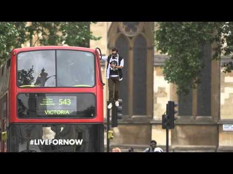 Динамо, пролетает над городом держась за крышу пассажирского автобуса