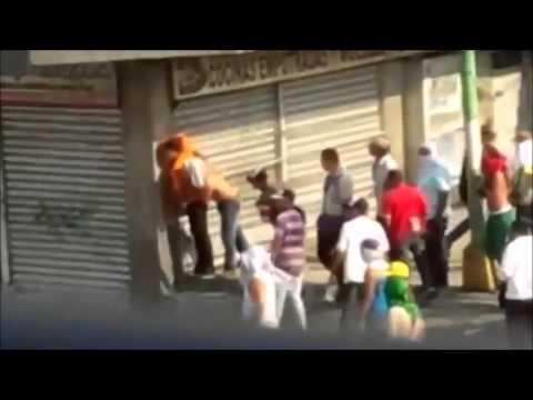 El apretón de manos de la Polícia y grupos armados motorizados en Venezuela que causa indignación