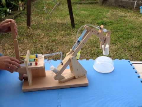 Как сделать робота из шприцов своими руками