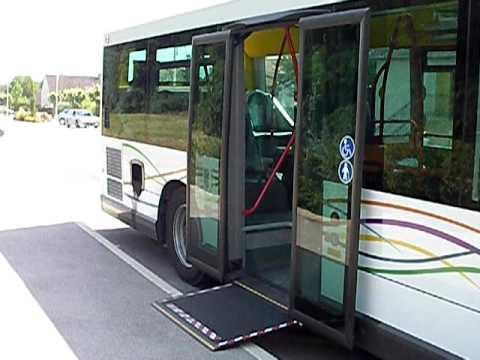 La porte 2 de type coulissante de l'Access'Bus GX 127 n°605 se ferme afin que la rampe PMR puisse sortir. Terminus ligne 32 Bretenière.