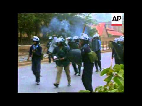 Kenya - Police open fire on rioting students