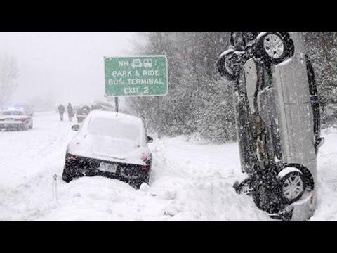 Accidente en la nieve. Coche, nieve, accidente, montaña