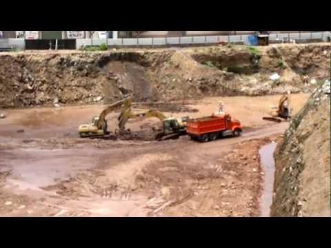 excavadoras y camion volteo trabajando