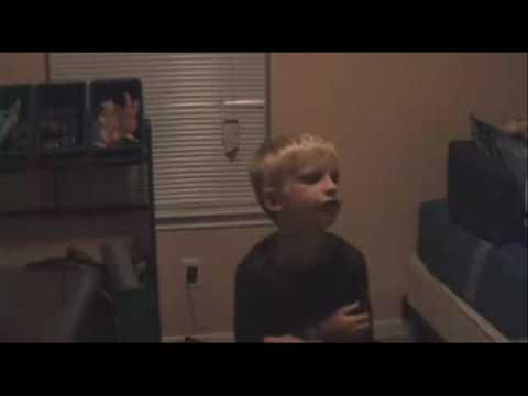 Bambino che canta Britney Spears si spaventa e sviene per colpa della madre