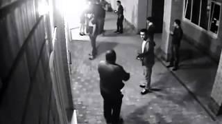 Boxeador noquea a 2 hombres que se propasaron con su mujer