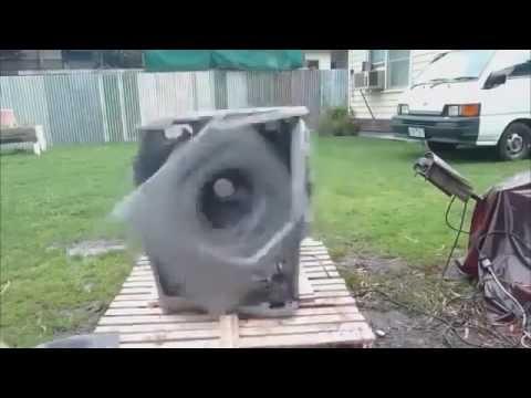 モーターの振動で自ら崩壊してゆく洗濯機