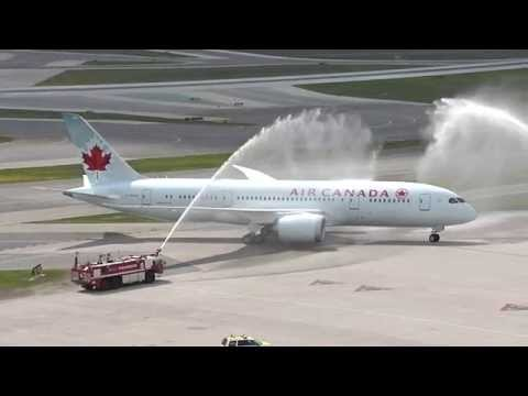 Air Canada's Boeing 787 water cannon salute at YYZ / Salut au canon à eau du B787 d'Air Canada