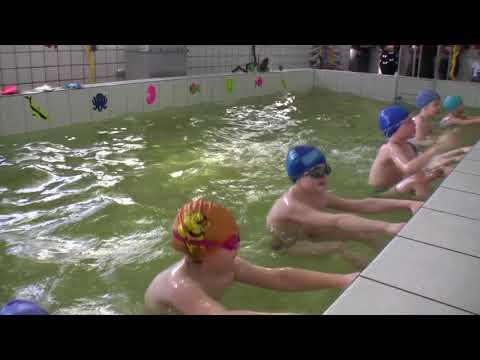 дети купаются голыми на реке.