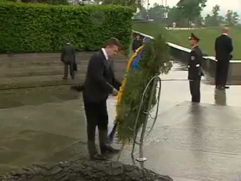 На Януковича упал венок. Янукович и венок. Привалило!