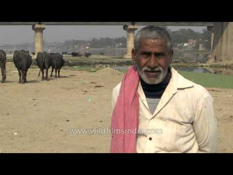 Indian men talk about river pollution in Agra