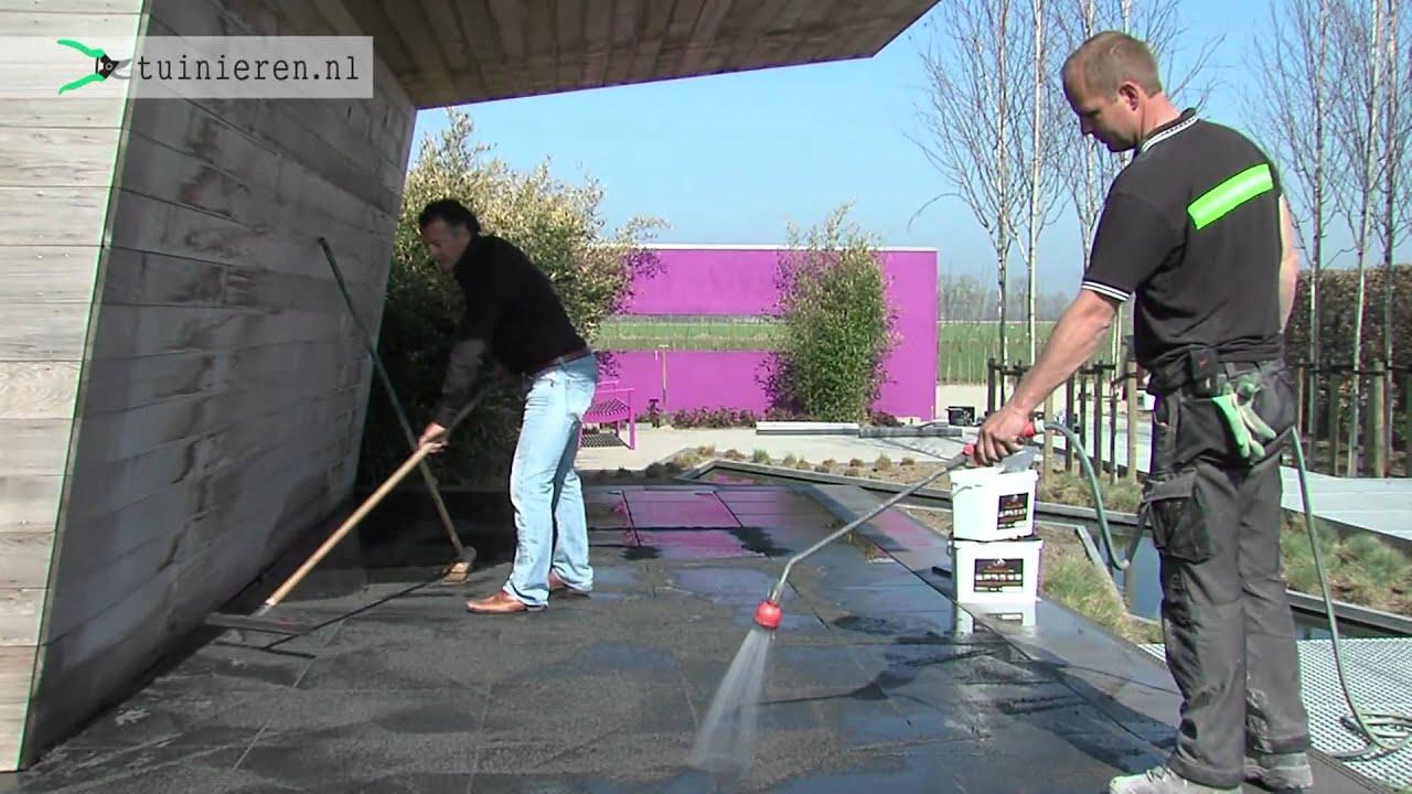 Hoe kan ik terrastegels voegen?- Tuinieren.nl - YouTube
